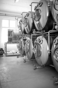Die liegenden Lagertanks der Bierfabrik Foto: Patrick Albertini
