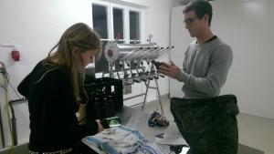 Alles handgemacht: Sebastian und Sanni beim Etikettieren