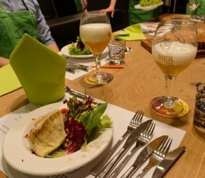 Vorspeise: Bunter Salat mit Weißbierdressing, gebratenem Zander und selbstgebackener Focaccia.