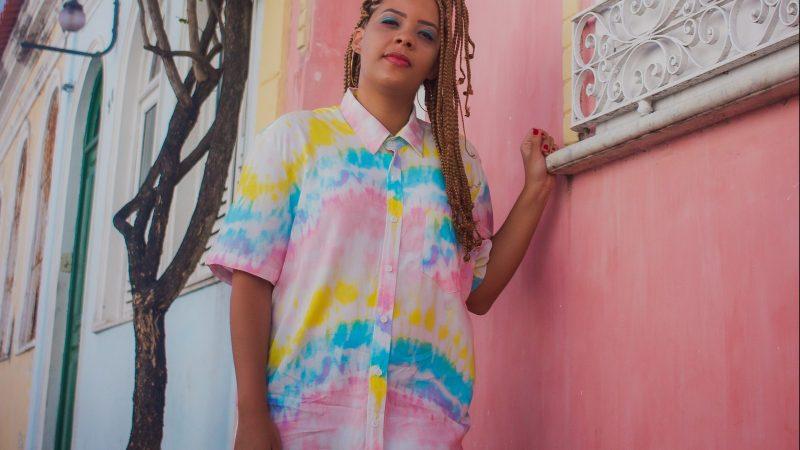 """Lari Tavares canta história de amor em """"Se Falasse"""" seu novo single"""