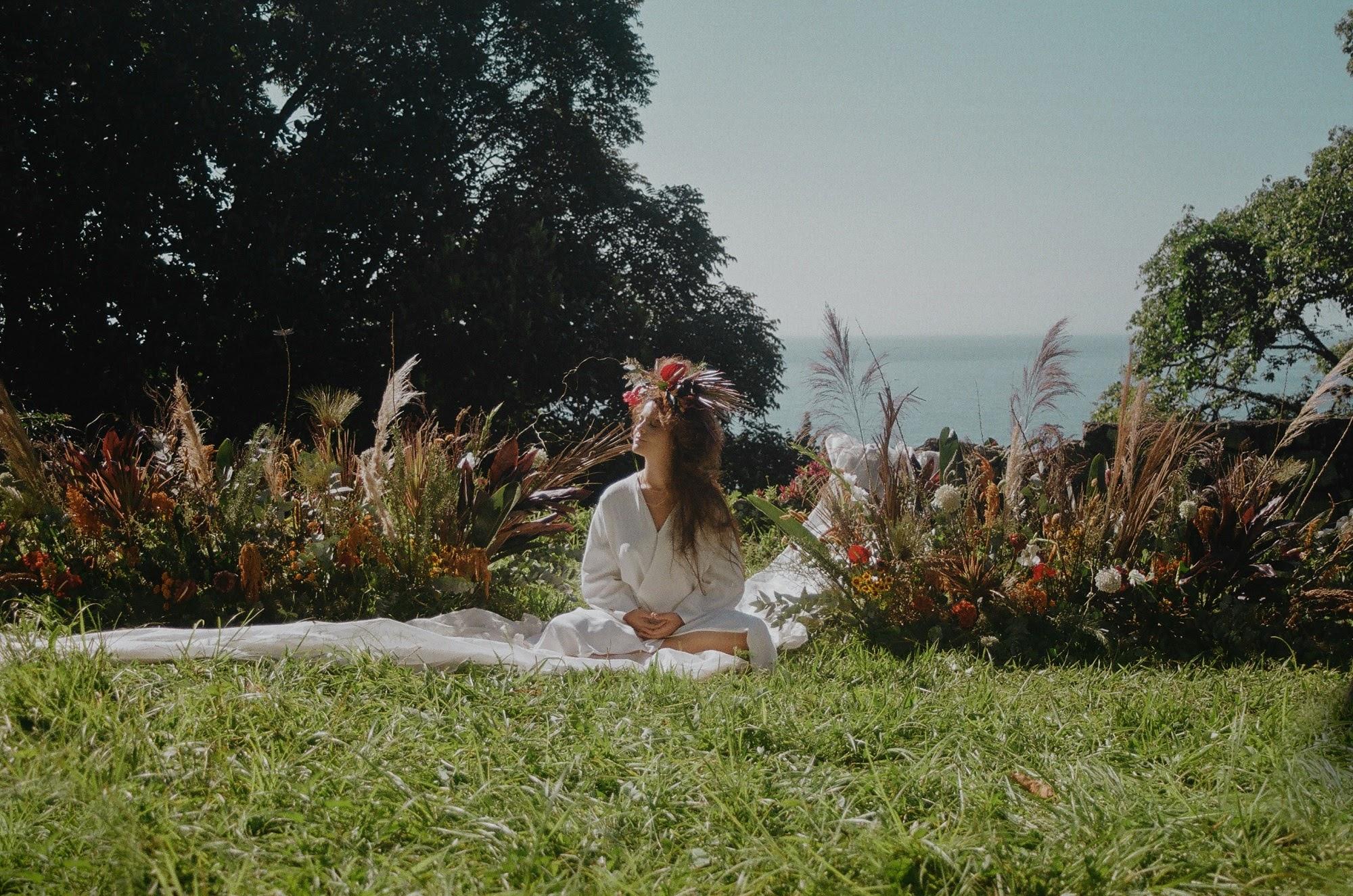"""Mariana Milani estreia carreira solo com single e clipe """"Outro Mundo"""""""