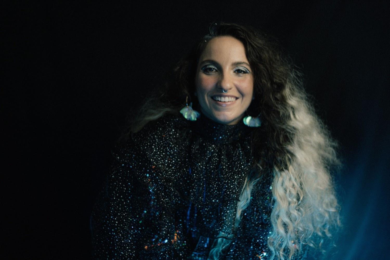 "Laura Canabrava lança seu novo álbum, ""TRANSE noturno"""