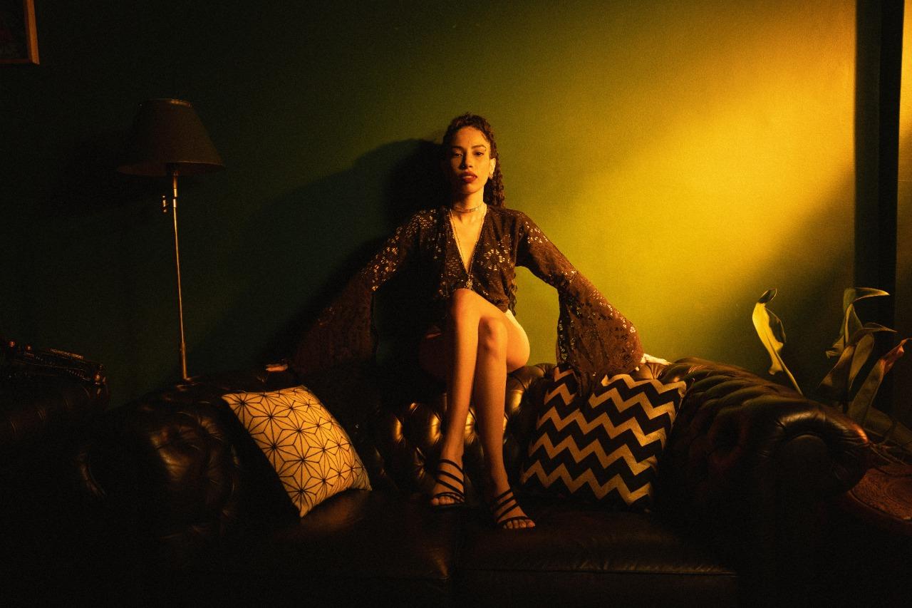 Com estética anos 2000, Indy Naíse lança EP visual de R&B
