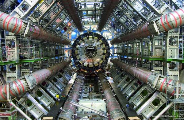 برخورددهندهٔ هادرونی بزرگ در نزدیکی ژنو (سوئیس) در عمق ۱۷۵ متری زمین قرار دارد و در واقع تونلی دایرهای شکل به طول بیش از ۲۷ کیلومتر است و یکی از بزرگترین ماشینهای زیرزمینی محسوب میشود.