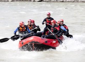 Raftboot mit Besatzung bei einer Übung im Wildwasser