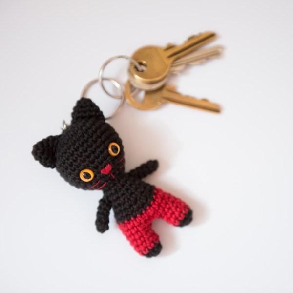 brelok kot w czerwonych spodenkach