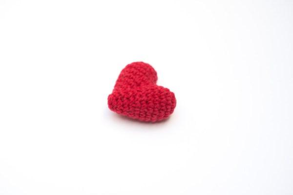 Zabawka w kształcie serca dla kota
