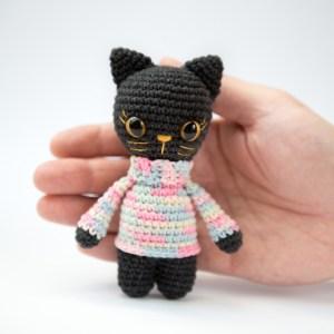 Czarna kotka maskotka w sweterku