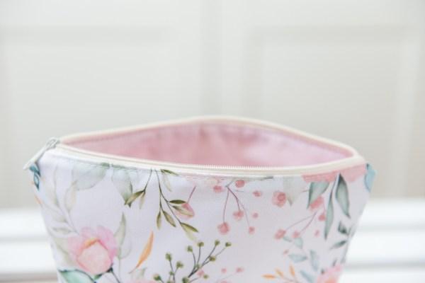 Kosmetyczka wodoodporna róże różowa