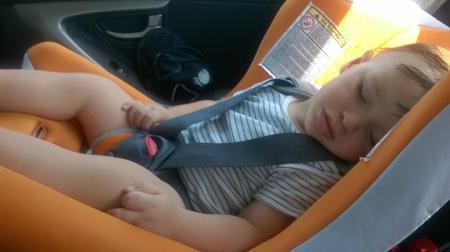 Cosmin doarme in masina