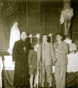 El P. Langarica con los niños en la misión de Ribaforada, 1950