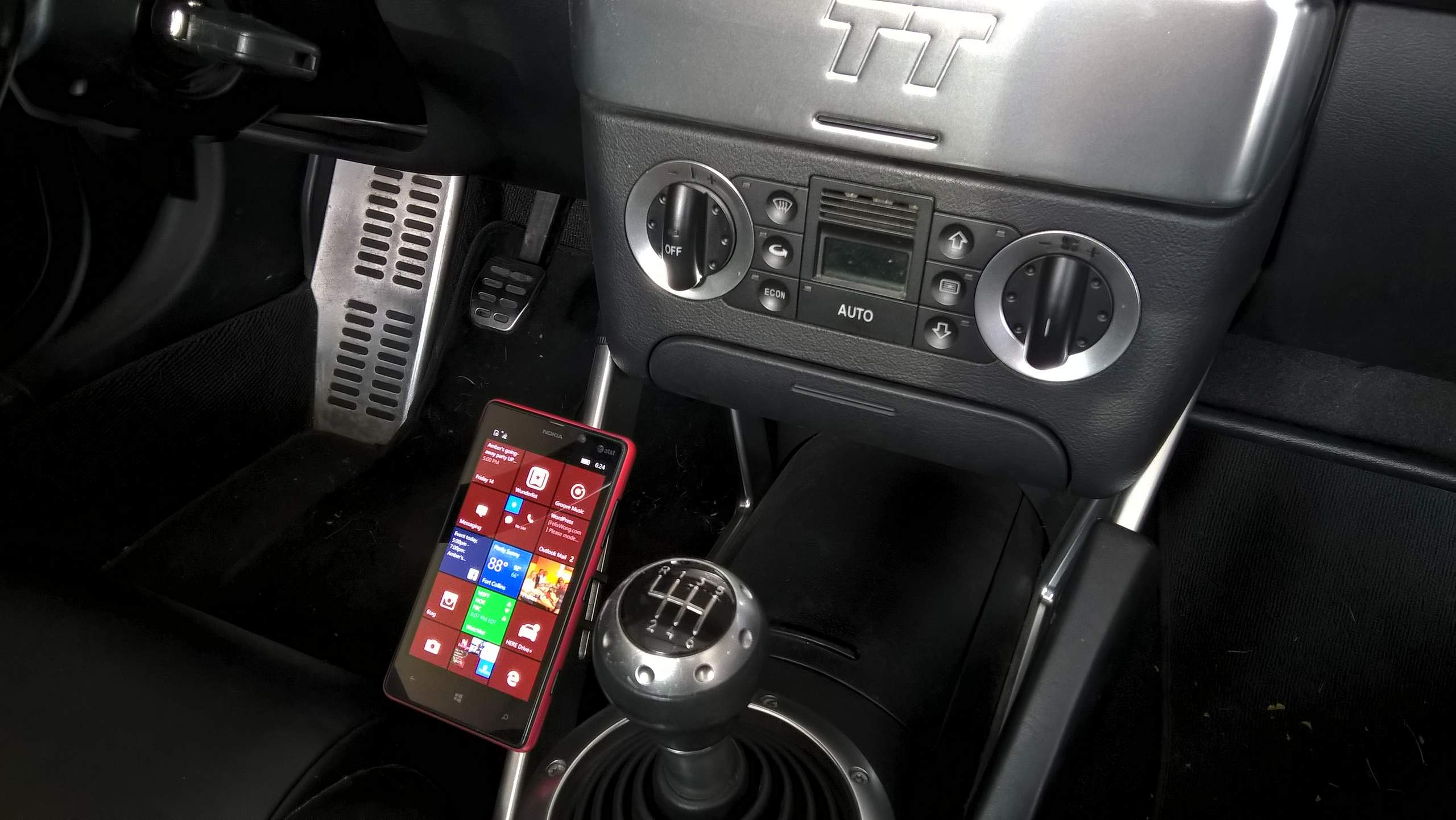 Best Way To Attach Smartphone In Car: Magnetic Phone Mount