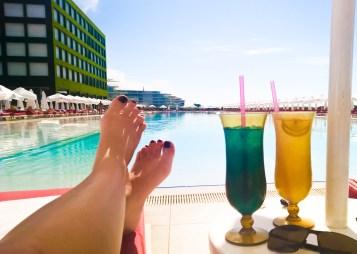 04_cocktails-am-pool