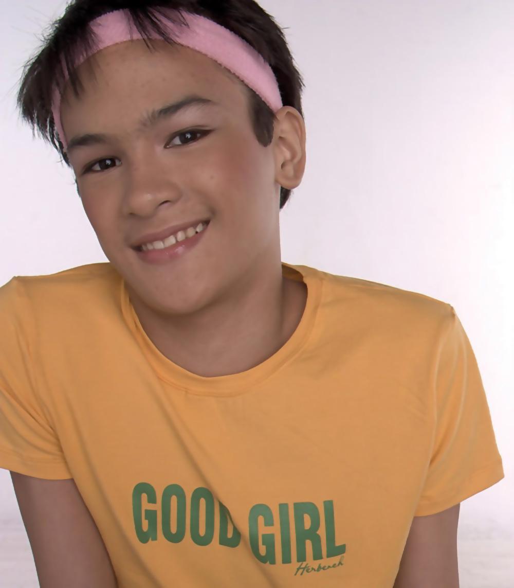 https://i1.wp.com/femboy.fr/wp-content/uploads/2019/10/Femboy.fr-Lacteur-philippin-Nathan-Lopez-joue-le-jeune-Maxi-un-garçon-gay-efféminé-dans-LÉveil-de-Maximo-Oliveros-un-film-de-Auraeus-Solito.jpg?ssl=1