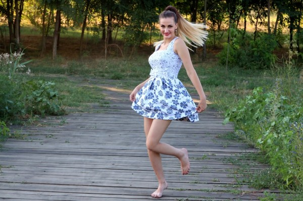 girl-dress-bounce-nature-160826-large-girl-wellness-happiness-dance