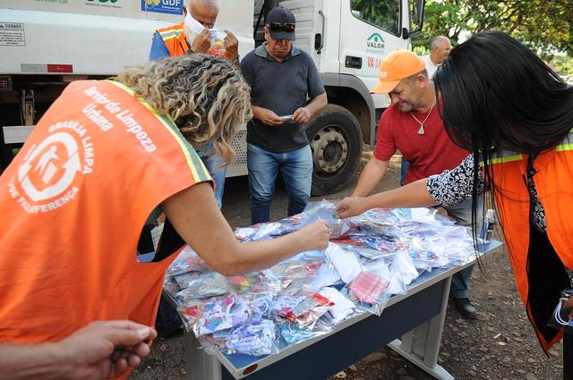 Servidores da limpeza urbana recebem doação de máscaras