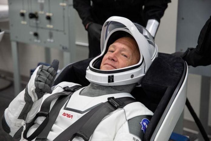 Astronauta da Nasa Douglas Hurley tests sua vestimenta espacial na área de tripulação.