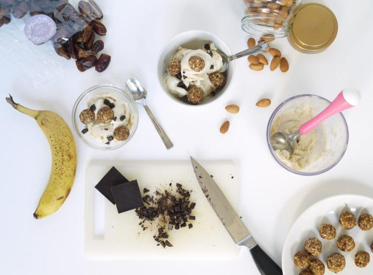 A recept egyszerű, de nagyszerű. A fagyi alapját a fagyasztott banán szolgáltatja, a kis golyók pedig datolya, mandula és fűszerek összegyúrásából készültek. Került még bele egy kis 80%-os étcsokoládé.