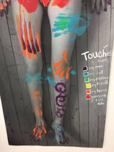 बलात्कार के बेबस रंगों को उकेरता एमा क्रेंजर का पावरफुल आर्ट पीस
