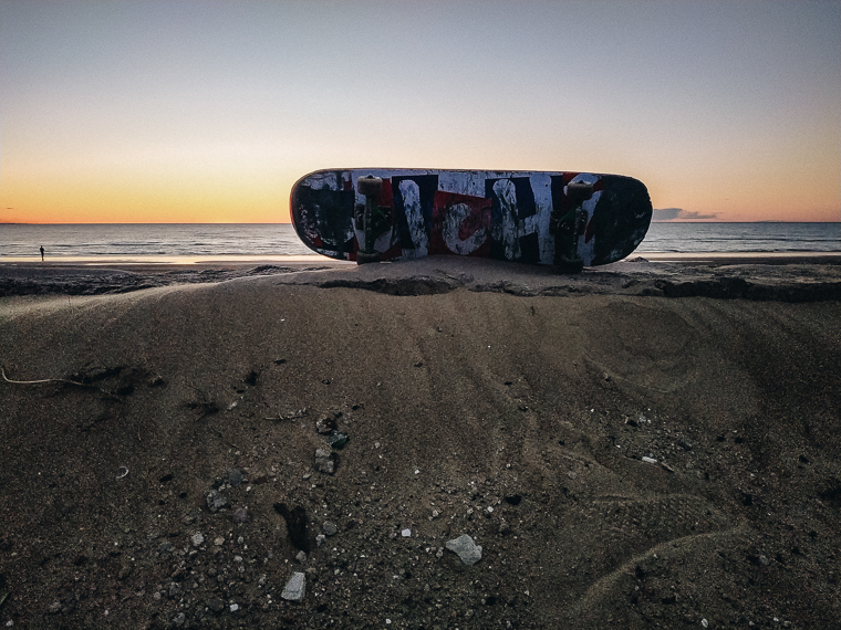 skateboard on the sand on the beach, femlens