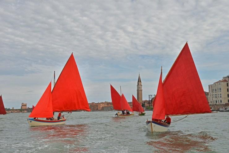 VENEZIA 11/05/19 - red regatta - performance dell'artista Melissa McGill - barche con vela al terzo in competizione con le vele rosse ©Marco Sabadin/Vision