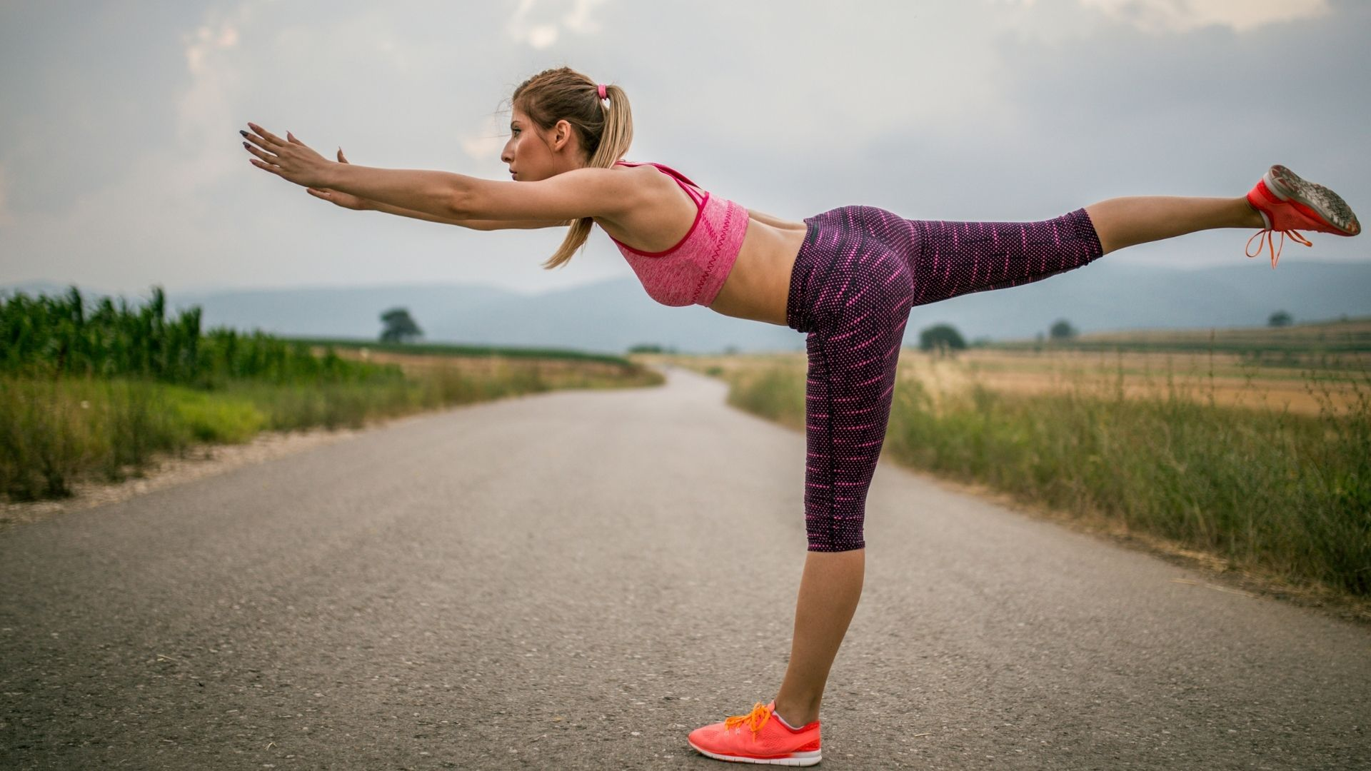 If you prefer to work out in the morning here's how to prep to smash your fitness goals with early morning workouts and fasted cardio. #morningworkouts #health #workoutsforwomen #howtoworkoutinthemorning