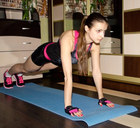 Woman doing push up - 5 Ways To Achieve Fitness Goals