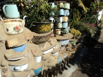 Love these pots and mugs in the wall