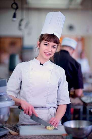 Pour Sara Charlot, comme pour tous les apprentis, tenue réglementaire exigée: toque, veste de travail, tablier, pantalon et chaussures de sécurité.