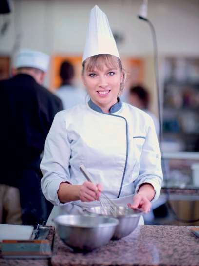 Alexandra Pastoret prépare un douillon, une spécialité normande à base de pâte feuilletée et de pommes pochées au cidre.