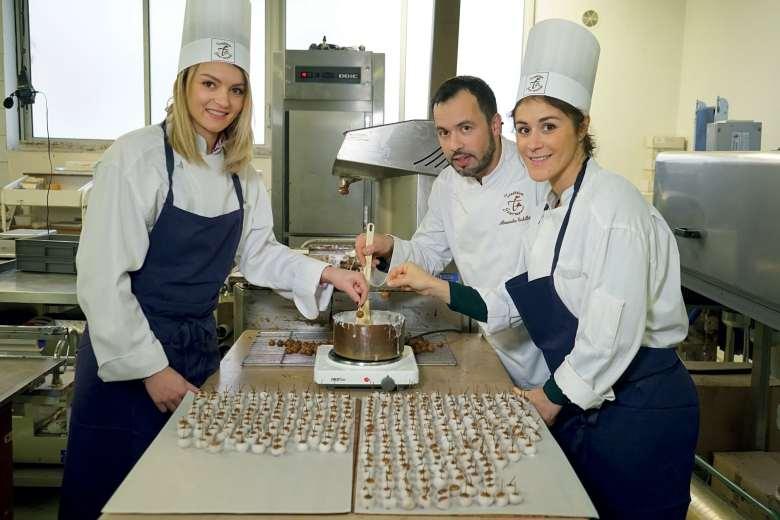 Dans la boutique du chocolatier dijonnais, rue des Forges, Léa Terzi et Louise Marchand ont joué les apprenties le temps d'un moment..