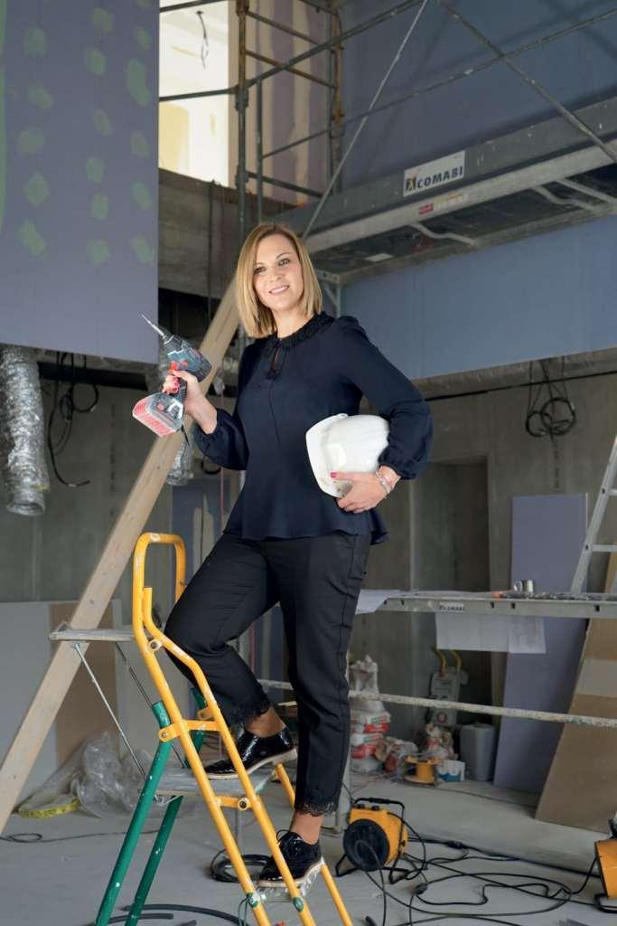 Lucie Mongeard pose sur le chantier de son nouveau spa.