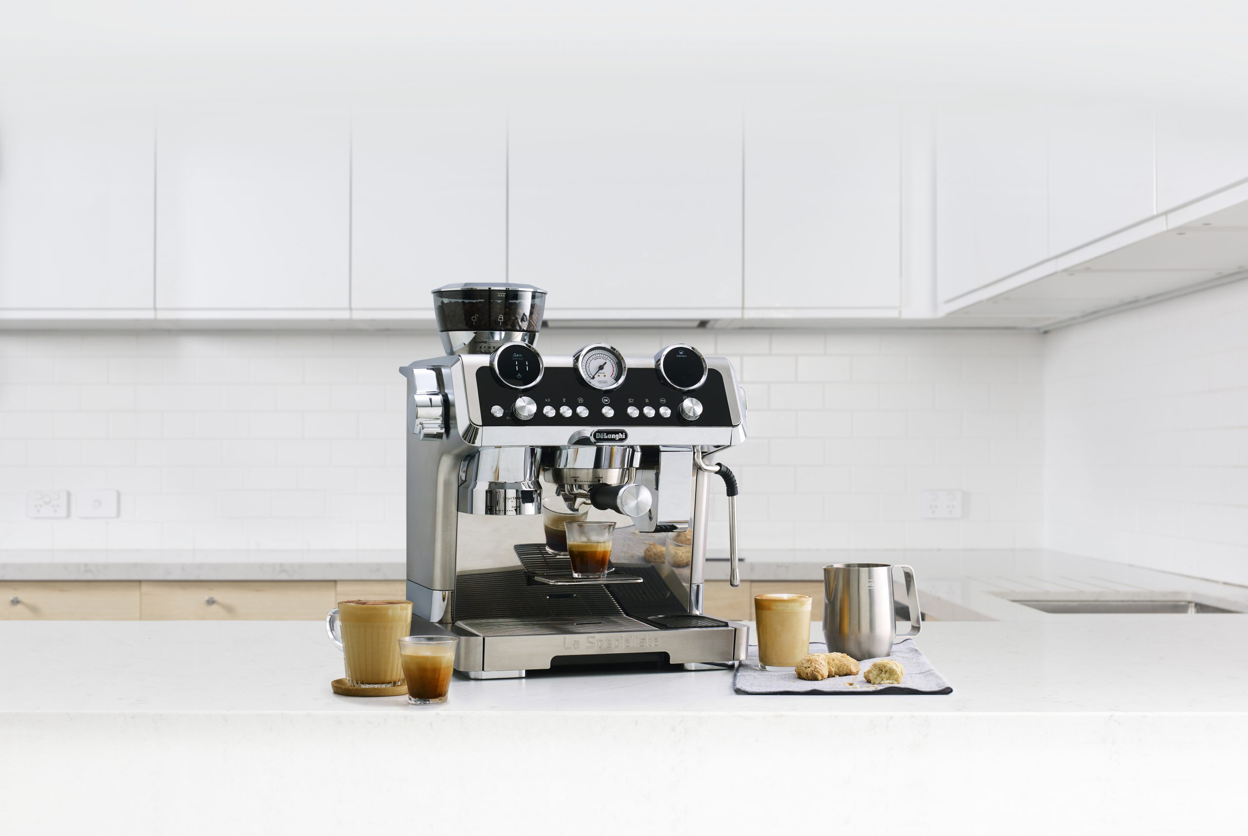 EC9665M_Lifestyle White Kitchen Manual Milk