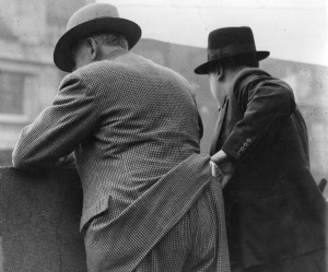 circa 1940: A pickpocket at work in New York. (Photo by William Davis/General Photographic Agency/Getty Images)