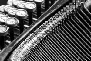 en-blanco-y-negro-vista-de-primer-plano-de-una-vieja-maquina-de-escribir