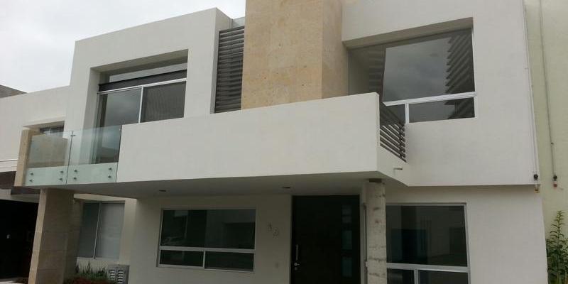 Fachada con ventanas combinadas