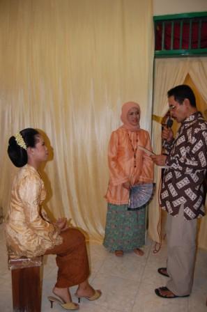 Kedua orangtua mendatangi calon pengantin wanita di dalam kamar, menanyakan kemantapan hatinya untuk berumah tangga.