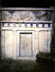 Η σφραγισμένη είσοδος του τάφου του Φιλίππου Β'