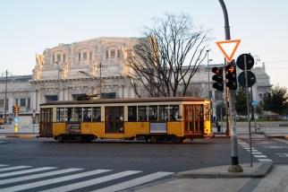 Un tramvai milanez de sec. XIX în fața Stazione Centrale