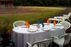 Masa pregătită de voluntari pentru a cina afară