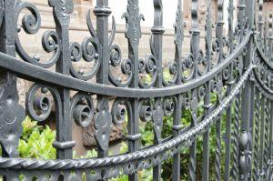 clôture antique en métaux ouvrés