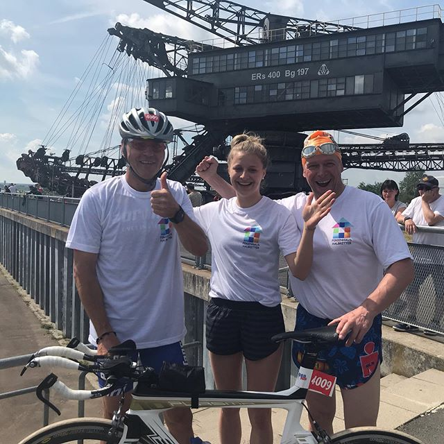 Das Team Ferienhaus Halbritter mit Anna, Jörg und Jens gewinnt souverän den Team-Triathlon 🏼♂️🚴🏼♂️🏼♀️der Mixed-Staffeln beim @neuseenman in Ferropolis 🥇. Herzlichen Glückwunsch an die Athleten, wir sind sehr stolz auf Euch . Vielen Dank an @maximalpuls für die tolle Veranstaltung 🏼 #neuseenman #neuseenmantriathlon #neuseenman2019 #dubistderheld #gleichgeschafft #maximalpuls  #triathlon #wettkampf