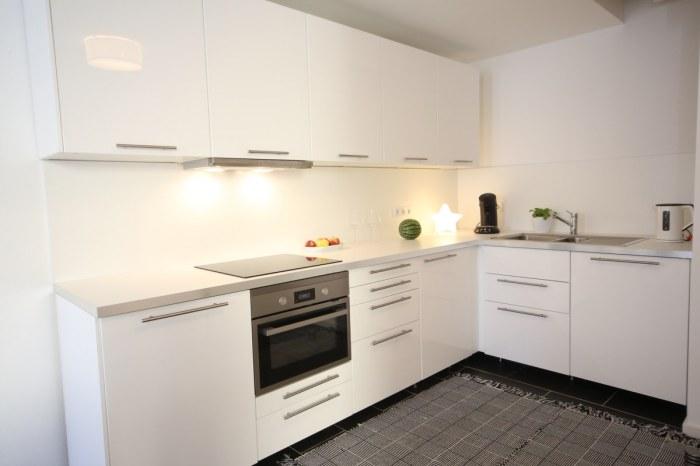 Komplett eingerichtete Wohnküche u.a. mit Kaffeemaschine und Spülmaschine.