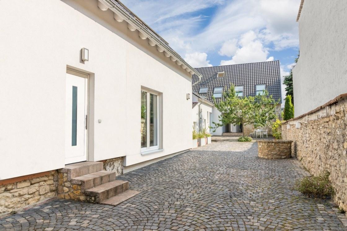 Innenhof, links das Brunnenhaus, im Hintergrund das Gartenhaus