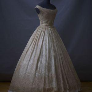Ballkleid (um 1860), das der letzten Kaiserin Frankreichs, Eugénie de Montijo, gehört haben soll. © Michael Rast