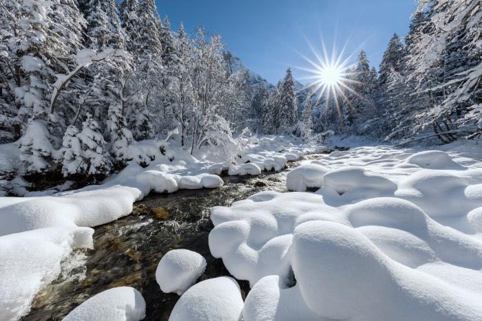 Maak een wandeling door het winterlandschap