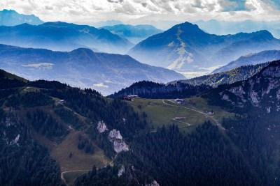 Blick auf die Bergstation der Kampenwandbahn und auf die Sonnenalm