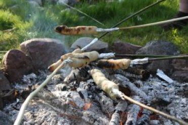 Beim wöchentlichen Lagerfeuer wird das leckere Stockbrot gebacken!