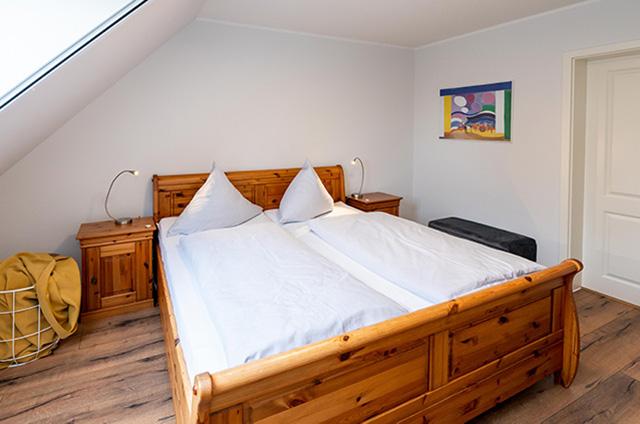 Doppelbett mit Nachttisch Ferienwohnung Fehmarn