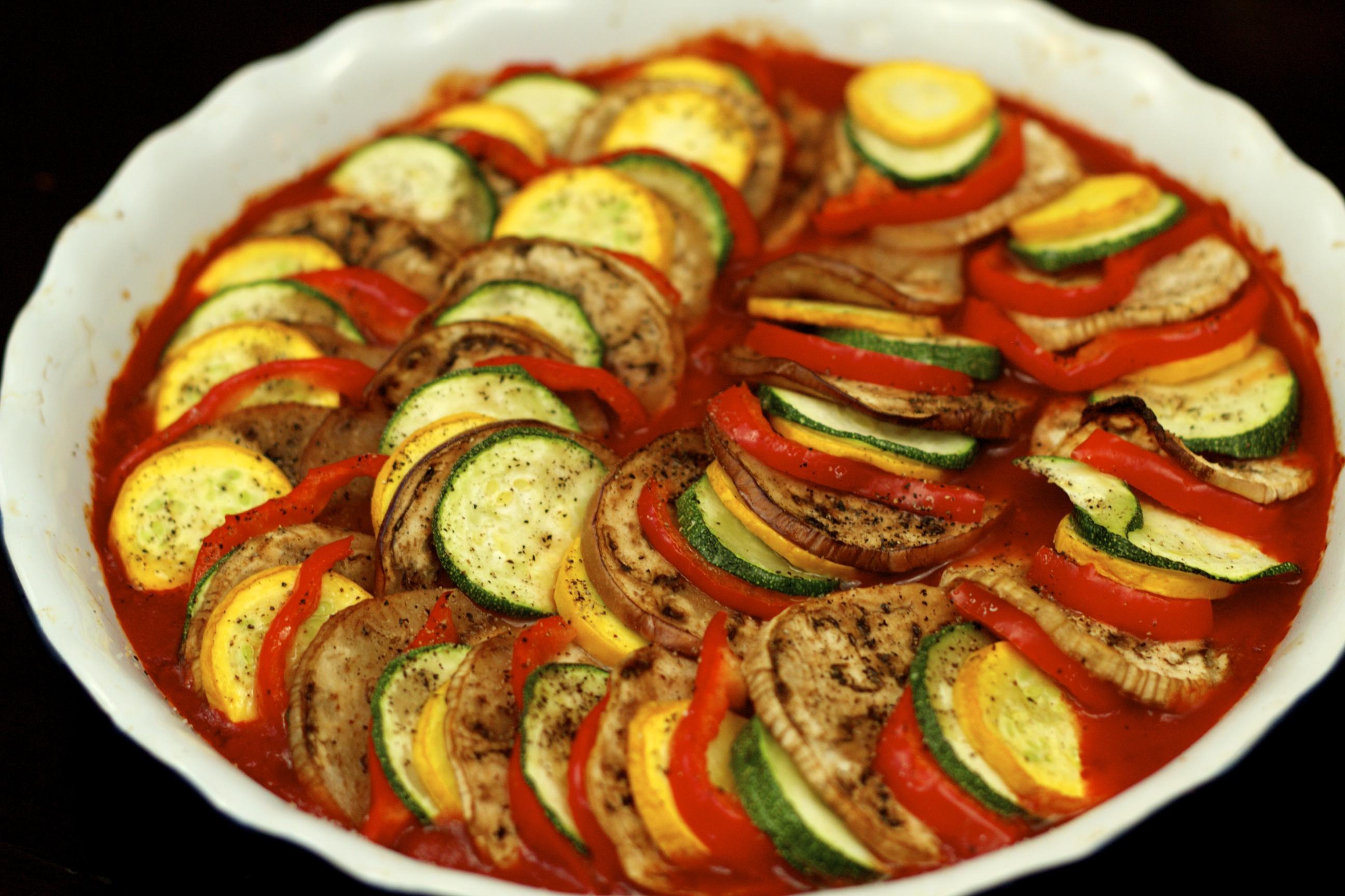 Şampanya ve yengeç çubukları ile salata: Günlük yaşam ve tatiller için lezzetli yemekler için 5 basit yemek tarifleri 94